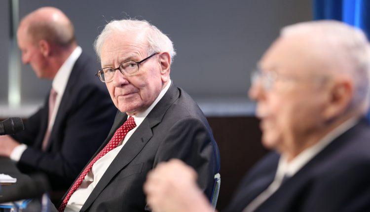 Cramer rejects Buffett's stance on stock picking, favors hybrid model