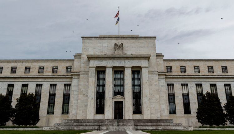 Fed Officials Debated Rate Liftoff in 2015, Offering Lessons for