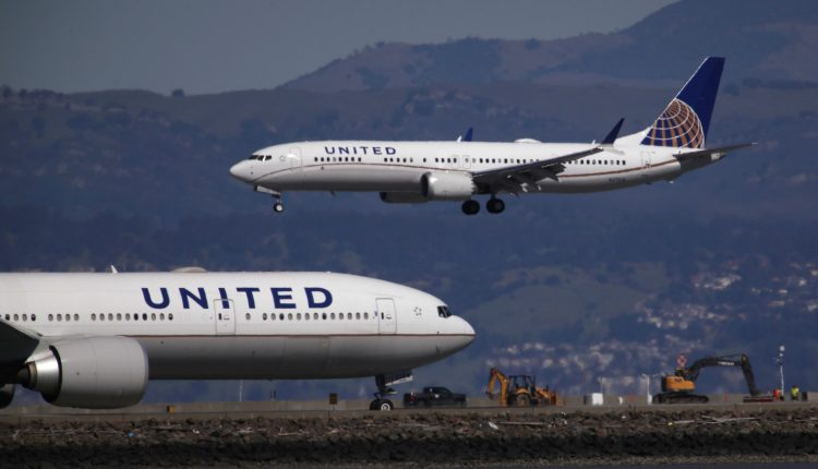 United Airlines tells staff it's hiring hundreds of pilots next